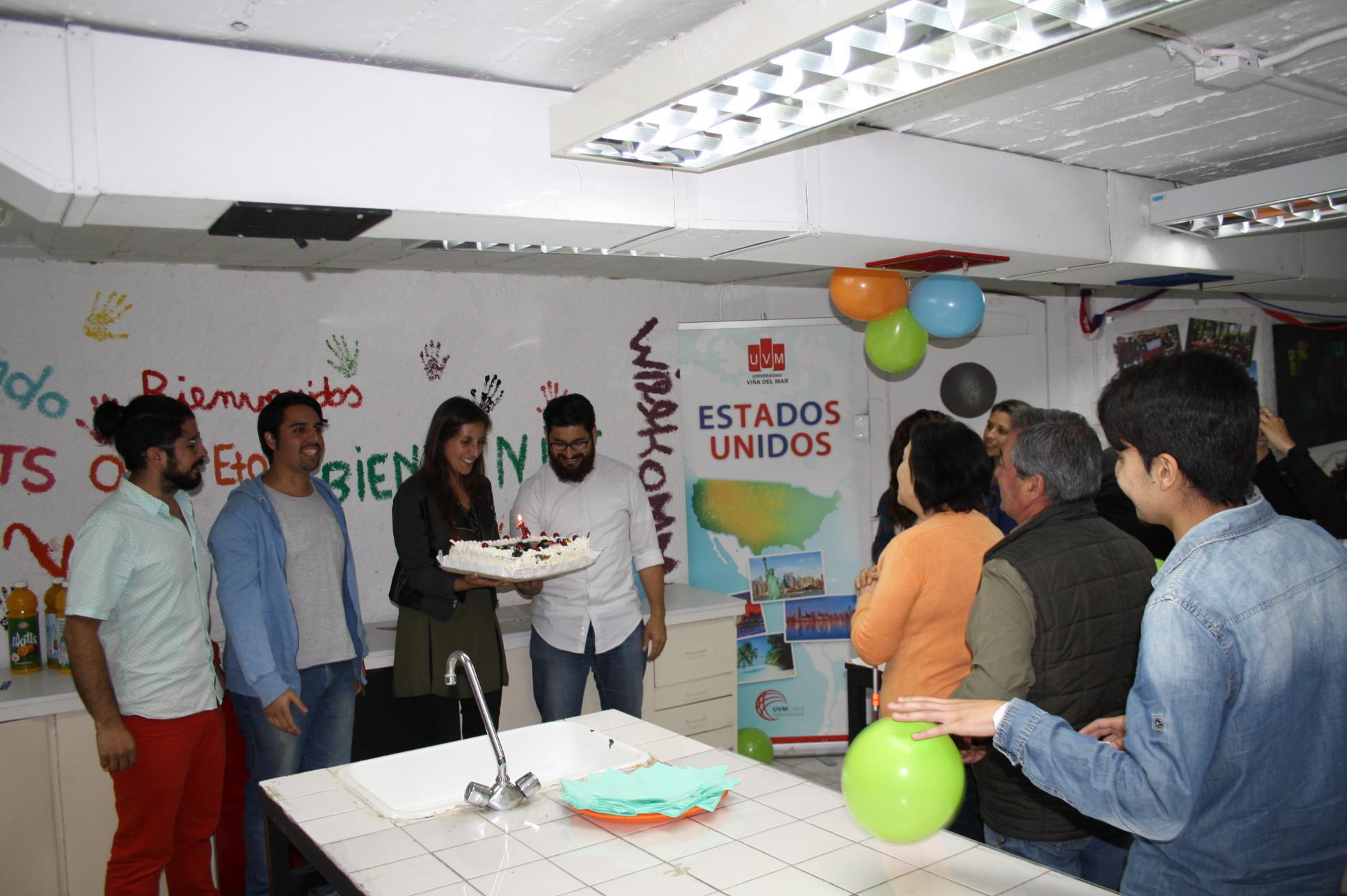 Equipo de ONG Moviendo junto a los asistentes de la celebración.